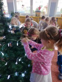 Dzieci z grupy Biedronki ubierają swoją choinkę