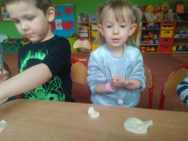 Maluszki lepią z masy solnej.