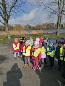 Spacer nad jezioro grupy 4-latków