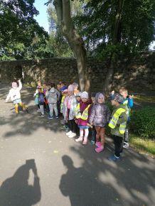 Spacer nad jezioro. Dzieci 5-letnie podziwiają jesienny krajobraz